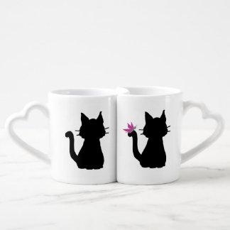 Conjunto De Caneca De Café O gato preto mostra em silhueta a borboleta