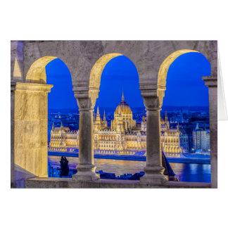 Construção húngara do parlamento no crepúsculo cartão
