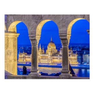Construção húngara do parlamento no crepúsculo cartão postal