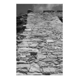 Construção velha. Parede de pedra alta Panfleto Coloridos