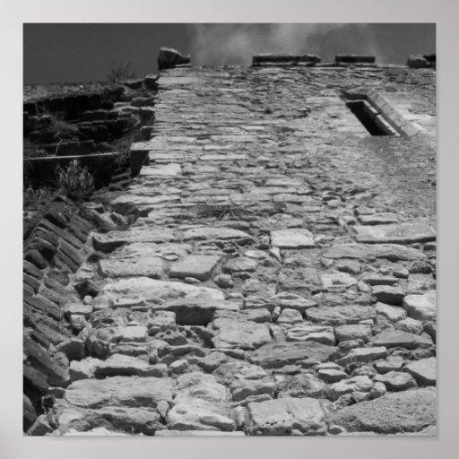 Construção velha. Parede de pedra alta Poster