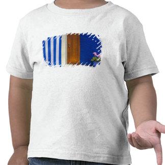 Contraste colorido do design na residência tshirts