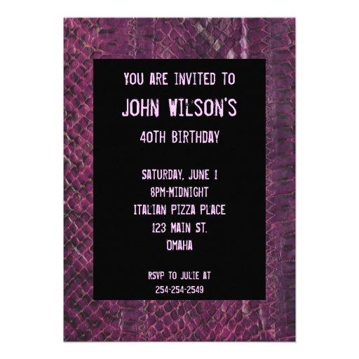 Convite adulto roxo do aniversário de Snakeskin