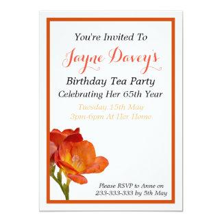 Convite alaranjado do aniversário da flor do