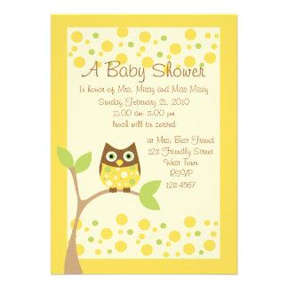 Convite amarelo do chá de fraldas da coruja