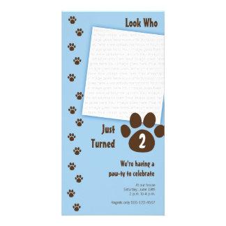 Convite azul do aniversário do impressão da pata cartão com foto