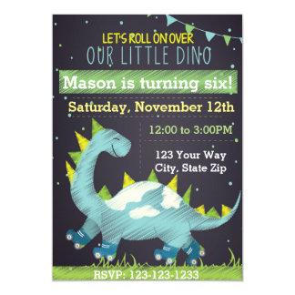 Convite azul do aniversário do skate do dinossauro