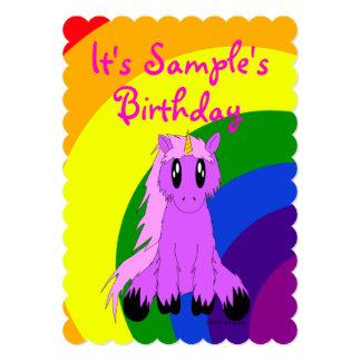 Convite bonito do aniversário do arco-íris do