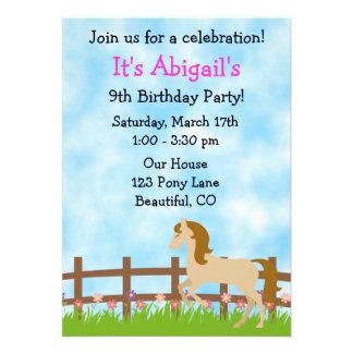 Convite bonito do aniversário do cavalo para menin