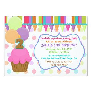 Convite bonito do aniversário do cupcake [dois]