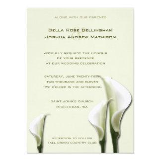 Convite branco do casamento dos lírios de Calla