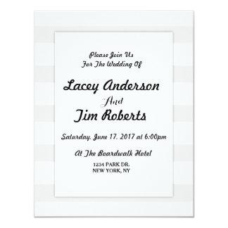 Convite cinzento e branco do monograma da listra