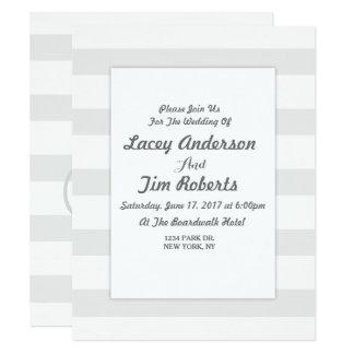 Convite cinzento e branco inicial do casamento da