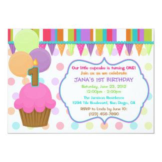 Convite colorido bonito do aniversário do cupcake