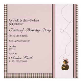 Convite cor-de-rosa bonito da xadrez do urso de