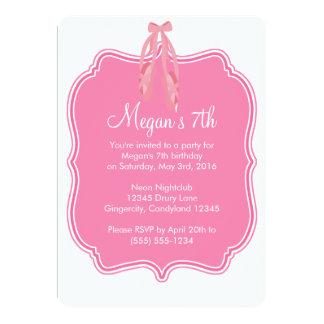 Convite cor-de-rosa do aniversário dos calçados de