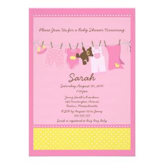 Convite cor-de-rosa do chá de fraldas do Clothesli