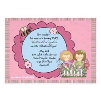 Convite da menina do gêmeo do jardim da abelha