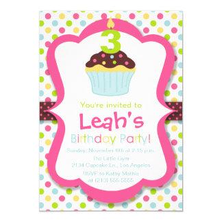 Convite de aniversário bonito da vela do cupcake