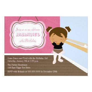 Convite de aniversário cor-de-rosa bonito da menin