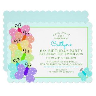 Convite de aniversário da borboleta de Polkadot