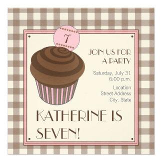 Convite de aniversário do cupcake do chocolate