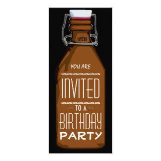 Convite de aniversário engraçado da garrafa de cer