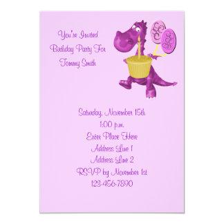 Convite de aniversário roxo bonito do dinossauro