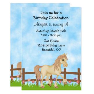 Convite de creme do aniversário do cavalo e das