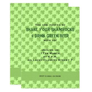 Convite do dia de St Patrick das bolinhas dos