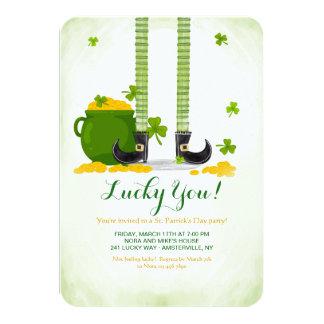 Convite do dia de St Patrick dos pés do Leprechaun
