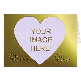 Convite dourado bonito do casamento do coração do  cartão