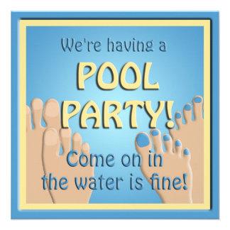 Convite engraçado dos pés da festa na piscina