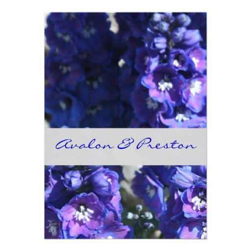 Convite floral azul & roxo brilhante do casamento