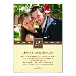 Convite moderno do aniversário do casal (creme)
