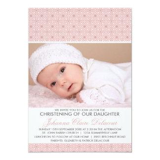 Convite ornamentado cor-de-rosa do batismo da foto
