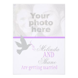 Convite roxo do casamento da foto do casal da fita