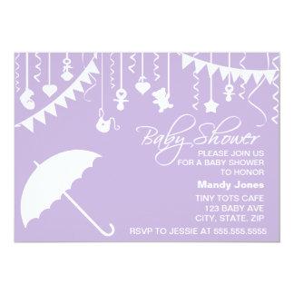 Convite roxo do chá de fraldas do guarda-chuva do