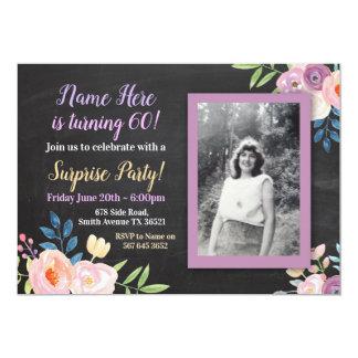 Convite roxo do giz da foto da flor do aniversário