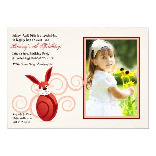 Convite vermelho da foto do coelhinho da Páscoa