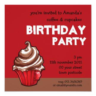 Convite vermelho do aniversário do cupcake