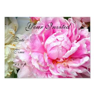Convites cor-de-rosa e brancos das peônias