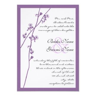 Convites de casamento roxos do ramo da flor