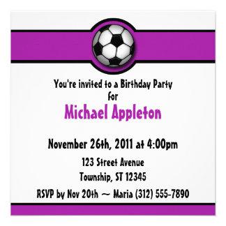 Convites roxos do aniversário da bola de futebol