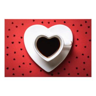 Copo de café na forma do coração no papel vermelho impressão fotográficas