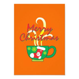 Copo de café quente com os cartões do convite do