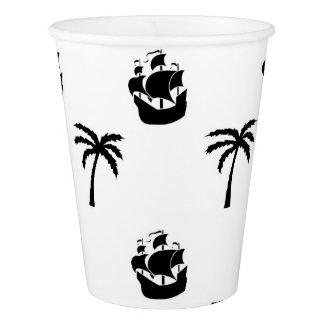 Copo de papel com navios e palmeiras de pirata