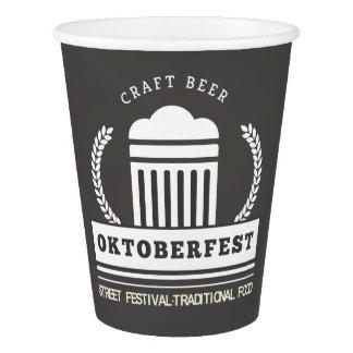 Copo De Papel Festival da rua de Oktoberfest no quadro