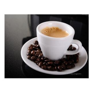 Copo do café no contador preto do granito cartão postal