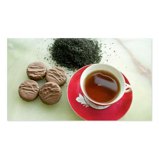 Copo do chá preto com biscoitos do chocolate cartao de visita